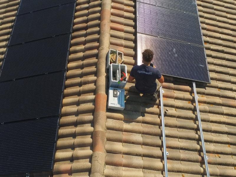 Un ouvrier sur un toit