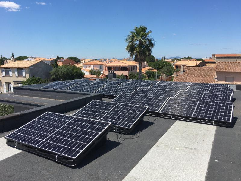 Des panneaux solaires orientables sur le toit d une maison, dans une belle residence pavillonaire