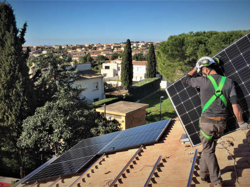 Un poseur professionnel de panneaux photovoltaïques